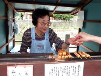 Des brochettes de mochi grillées et salés