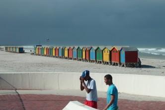Muizenberg, la plage aux cabanes colorées, est aussi un spot de surf dans la péninsule du Cap (Afrique du Sud).