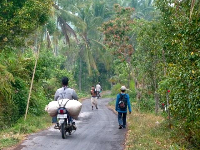 Retour de la journée de travail avec la récolte (Munduk)