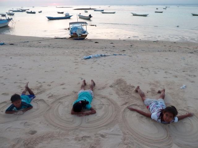 La nage dans le sable à Nusa Lembongan.