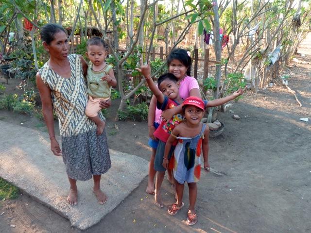 Une famille dans une ferme à Pemuteran.