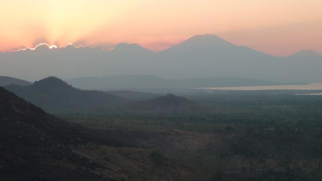 Des collines de Pemuteran, la vue sur les volcans de Java.