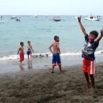 A Pemuteran, les enfants viennent jouer sur la plage en fin de journée.