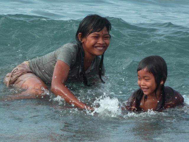 A Pemuteran, jeux dans l'eau en fin de journée.
