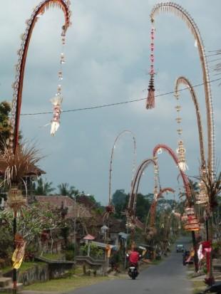 Un village près d'Ubud décoré pour les fêtes, à Bali.