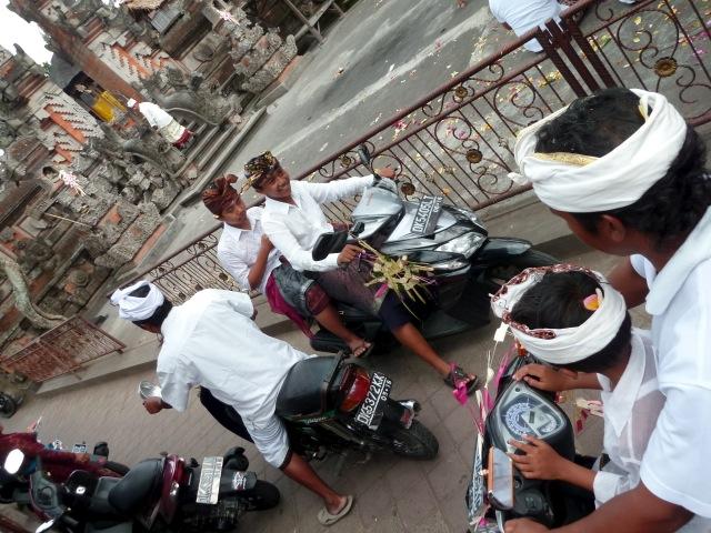 Evidemment, tout le monde au temple en motorbike (Ubud)