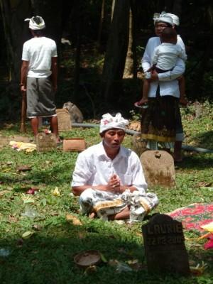Recueillement devant la tombe d'un défunt (Ubud)