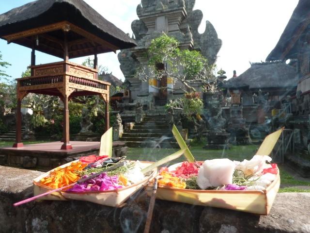 Devant un temple, à Ubud.