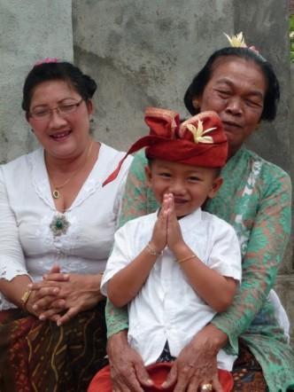Une famille avant une cérémonie, à Bali.