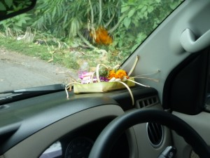 Offrande dans une voiture, à Bali.