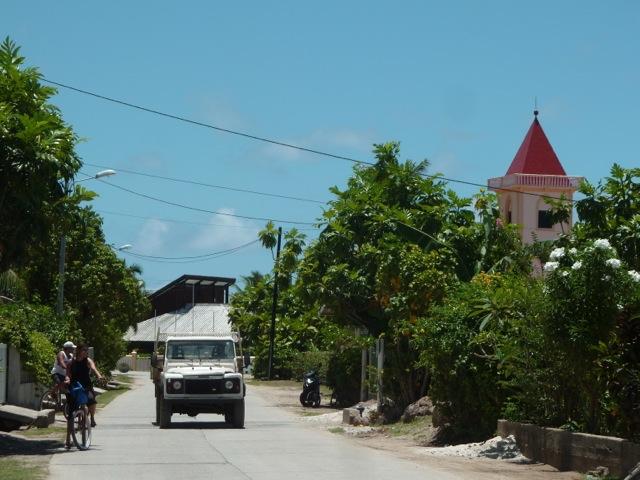 La route qui fait le tour de l'île à Maupiti.