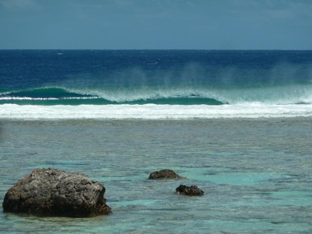 Vague sur le récif et l'océan à Maupiti.