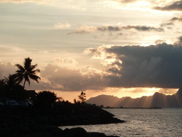 Coucher de soleil sur Mooréa depuis Papeete.