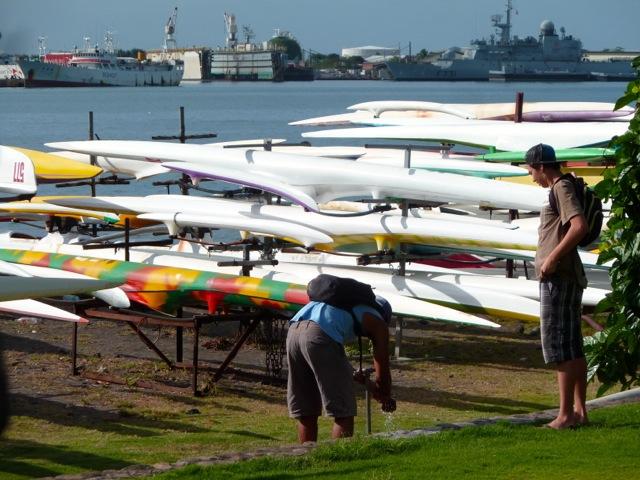 Va'a et vue sur le port de Papeete.