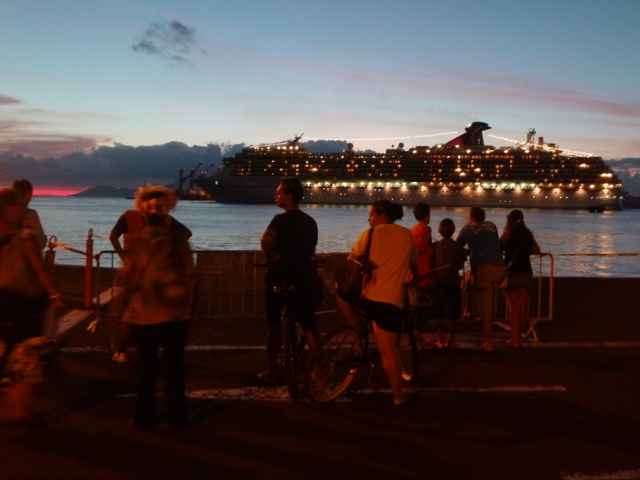 Départ d'un paquebot dans le port de Papeete.