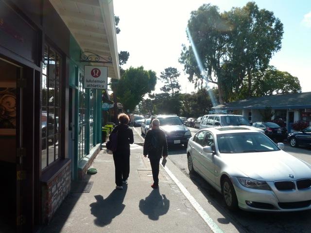 Gamelle, devant une boutique à Carmel.