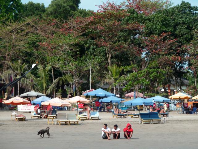 Sur la plage de Legian, Bali.