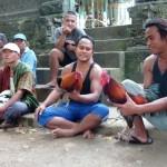 Des Balinais avec leurs coqs de combat, près d'Ubud.