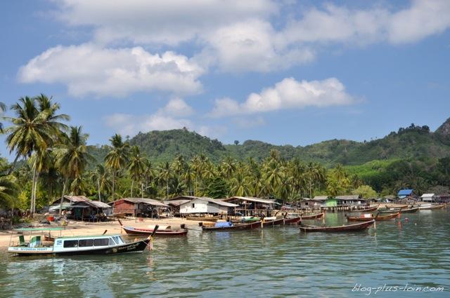 Le village près de la jetée à Koh Muk, Thaïlande.