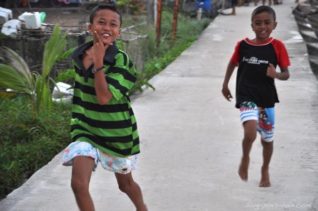 Courses d'enfants à Koh Muk, Thaïlande.