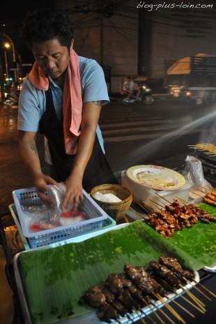 Brochettes de foie et autres, à Bangkok.