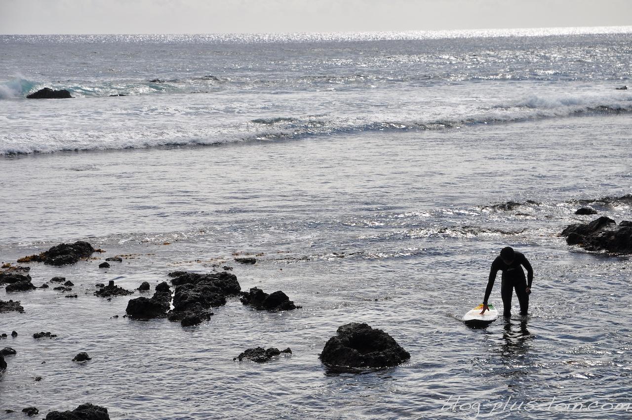 Retour de surf, à Hanga Roa. Rapa Nui.