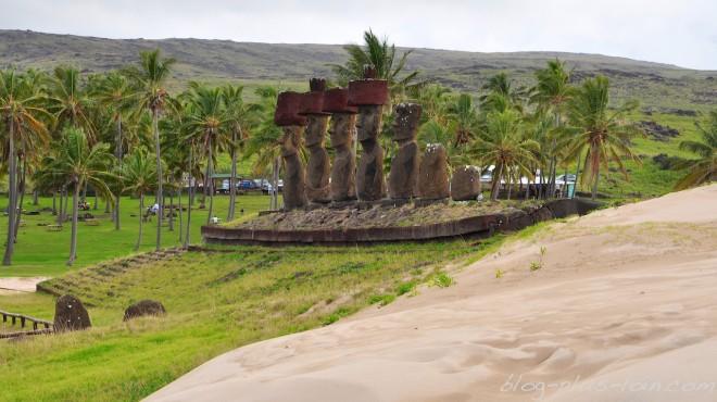 Les moais coiffés de la plage Anakena.