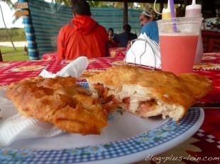 Délicieuse empanada de thon, sur la plage d'Anakena.