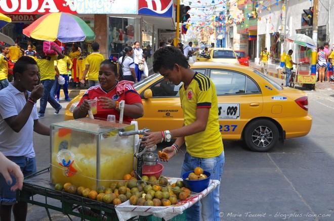 Vendeurs de jus, à Santa Marta, le jour du match de 8es de finale Colombie-Uruguay.