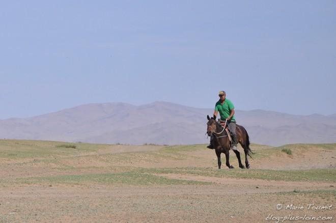 Mongolie : un homme à cheval, près d'Oulan Bator.