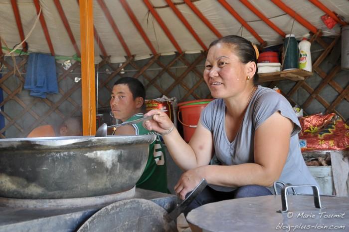 Mongolie, dans une yourte.