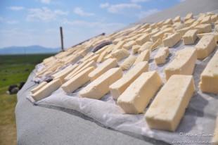 Du fromage sèche au soleil, sur une yourte.