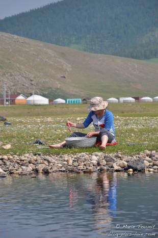Laver le linge à la rivière (Mongolie).