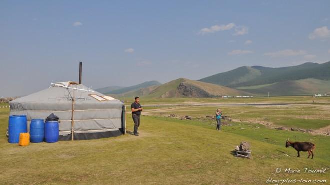 Yourte face à la plaine, en Mongolie.